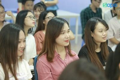Giao lưu trực tiếp với sinh viên Đại học Thương mại.